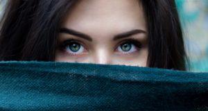 目がキレイな女性
