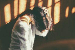 体調不良に悩む女性