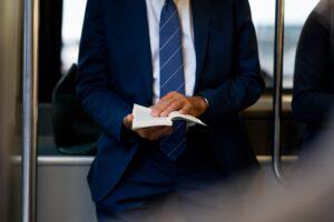 通勤中の男性